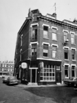 1975-1208 Gezicht op de Aelbrechtstraat, hoek van de Van der Hilststraat.