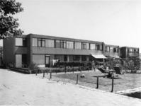 1975-1368 De woningstichting 'de Zonneweide' aan de Ivoordistel.