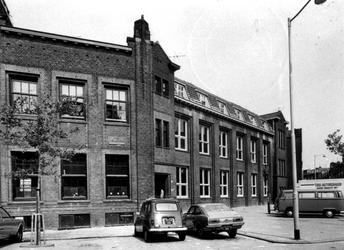 1975-1513-TM-1515 Gezichten op de Rauwenhoffstraat.Afgebeeld van boven naar beneden:-1513: oud schoolgebouw op de hoek ...
