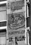 1975-1543 Gezicht op de verschillende malen beschilderde plaats voor reclame aan de gevel van het hoekhuis Tiendstraat ...