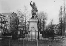1975-1567 Het standbeeld van Piet Heyn op het Piet Heynsplein.