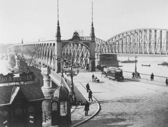 1975-160-TM-162 De Willemsbrug en de spoorbrug (de Maasbruggen) over de Nieuwe Maas, gezien vanaf de Maaskade. Verkeer ...