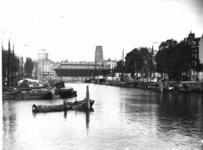 1975-190 De Leuvehaven, rechts de Wolfshoek, op de achtergrond de Zeevischmarkt, links de koepel van de ...