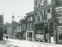 1975-1923 Voorstraat op de achtergrond links het zakkendragershuisje.