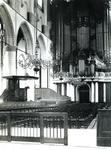 1975-196 Interieur van de Sint-Laurenskerk.Links de preekstoel, op de achtergrond boven het orgel.