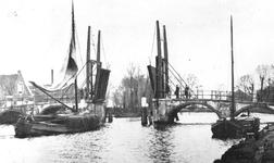 1975-201 De Hogebrug over de Delfshavense Schie. Links de Delfshavensekade met boerderij van Kool. Op de achtergrond ...