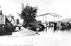 1975-202 De Hogebrug over de Delfshavense Schie. Links de Delfshavensekade met boerderij van Kool. Op de achtergrond ...