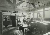 1975-37,-38 Interieur van het kantoor van de Drinkwaterleiding aan het Haringvliet.Van boven naar beneden afgebeeld:- ...