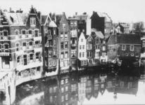 1975-478 Gezicht op de Aelbrechtskolk met de achtergevels van de huizen aan de Voorstraat. Rechts het zakkendragershuisje.