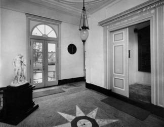 1975-502 Interieur hal van Kuyl's fundatie aan de 's-Gravenweg.
