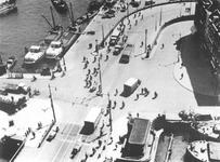 1975-576 Het Bolwerk, de Jan Kuitenbrug (voorgrond) en rechts de Hertekade en de oprit van de Willemsbrug, gezien vanaf ...