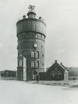 1975-63 Schiemond. De watertoren Delfshaven (1888-1968) op de Ruigeplaat.