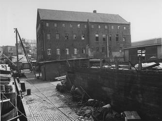 1975-630 Achterzijde van het pakhuis Waaldijk 29 aan de Buizenwaal.