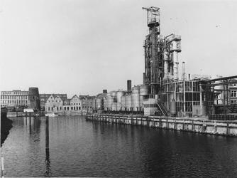 1975-631 Buizenwaal met rechts de sodafabriek van Kortman & Schulte. Gezien vanaf de achterzijde van Waaldijk 29. Op de ...