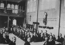 1975-723 R.K. vereniging Sint Jozefgezellen in een gebouw aan de Schoonderloostraat. Recht op de voorgrond (etend of ...