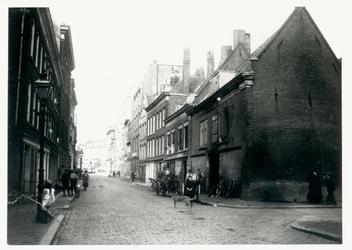 1975-760 De Baan, bij de Sleutelsteeg.Op de achtergrond winkelgalerij de Passage aan de Coolvest.