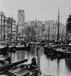 1975-762 De Kolk, links het Westnieuwland, rechts de Korenbeurs, op de achtergrond de toren van de Sint-Laurenskerk.