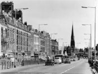 1975-793 De Van der Takstraat, en op de achtergrond de Koninginnebrug en het Stieltjesplein.