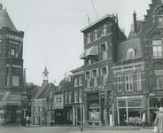 1975-855 Voorstraat gezien vanaf de Havenstraat. Op de achtergrond links het zakkendragershuisje.