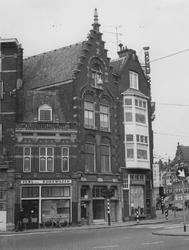 1975-856 Havenstraat pand nrs. 9, 11 en 13. Rechts het Chinees restaurant Jong Sing op de hoek van de Schiedamseweg.