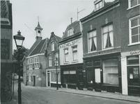 1975-857 Voorstraat op de achtergrond links het zakkendragershuisje.