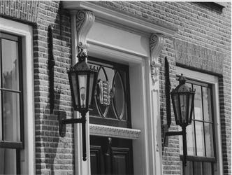 1975-867 Detail van de ingang van pand 12, het voormalige raadhuis van Delfshaven. Bovendeel van de deur met het oude ...