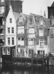 1975-874 Gezicht op de achterzijde van enkele huizen aan de Voorstraat, rechts het zakkendragershuis. Op de voorgrond ...