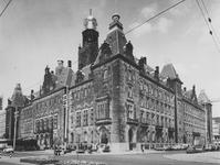 1975-894 Het stadhuis aan de Coolsingel.Rechts de Stadhuisstraat.