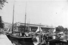 1976-118 De Leuvehaven, op de achtergrond de Zeevischmarkt.