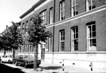 1976-1284-EN-1285 Gezichten in de Drievriendenstraat met rechts de Nijverheidsschool.