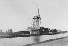1976-1443 Delfshavense Schie met de Hoekmolen aan de Spangesekade, gezien vanuit de Aelbrechtskade. De Hoekmolen is in ...