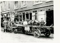 1976-1580 Smederij van W.H. Salters en bierbottelarij van D.P. Spoor aan de Baan. Rechts de smid achter de wagen van de ...