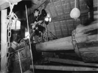 1976-1584 Het maken van filmopnamen in de kop van de snuifmolen 'De Ster' aan de Plaszoom.