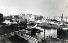 1976-1620 Zicht vanaf hotel Victoria op de Leuvehaven en omgeving. Op de voorgrond de Stokkenbrug over de Zalmhaven, ...