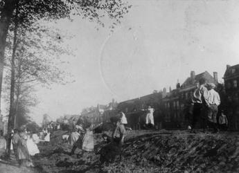 1976-1621 Kinderen spelen op een zandheuvel bestemd voor de aanleg van een straat over de Gedempte Goudsevest, de ...