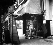 1976-1624 Schutten's ijzerhandel aan de noordzijde van de Nieuwe Binnenweg nummer 275a.