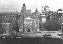 1976-262 De Coolsingel en Coolvest met in het midden het Erasmiaans Gymnasium, links de Sint-Laurensstraat en op de ...