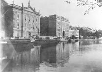 1976-278 Gezicht op de Coolsingel en Coolvest met links het Erasmiaans Gymnasium en iets verder winkelgalerij de Passage.