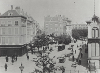 1976-282 De Zeevischmarkt, rechts het gebouw.Links hoek Hang en de smalle straat is de Vissersdijk, rechts op de ...