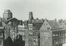 1976-284 Het Hang, rechts de Zeevischmarkt.Op de achtergrond de koepel van de Dominicuskerk en de toren van de ...