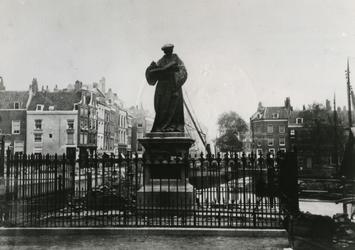 1976-295 Standbeeld van Erasmus op de Grotemarkt.