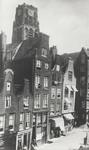 1976-307 De Delftsevaart met de toegang tot de Bagijnenstraat.Op de achtergrond de toren van de Sint-Laurenskerk.