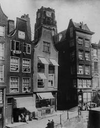 1976-308 De Delftsevaart bij de Bagijnenstraat, rechts een deel van de Krattenbrug.Op de achtergrond de toren van de ...