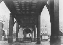 1976-310 Zicht onder het spoorwegviaduct over de Gedempte Binnenrotte.Op de achtergrond panden aan de Boerenvismarkt.