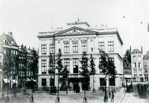 1976-312 Het Van Hogendorpsplein met Museum Boymans/Schielandshuis en het standbeeld van Gijsbert Karel Van Hogendorp, ...