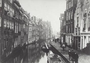 1976-318 De Delftsevaart, gezien vanaf de Krattenbrug.