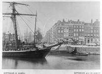 1976-326 Het Bolwerk en op de achtergrond zeilschepen aan de Boompjes, gezien vanaf het Oude Hoofdplein.Op de voorgrond ...