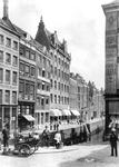 1976-347 Het Boerensteiger, vlak voor de demping in 1912, gezien vanaf de Hoofdsteeg.Links o.a. hotel Het Gouden Hert ...