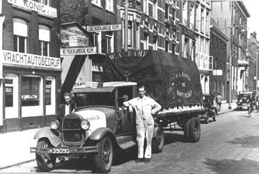 1976-349 Vrachtauto van vervoerbedrijf W.H. Konig en Co voor het bedrijfspand aan de Boompjes.
