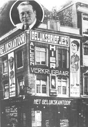 1976-354 Loterijwinkel Gelukskantoor L. Wolf, op de hoek Gedempte Binnenrotte - Meent. Linksboven een portret van L. ...